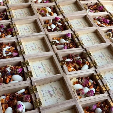 aperçu de plusieurs petites boîtes à dragée pour cadeau d'invité
