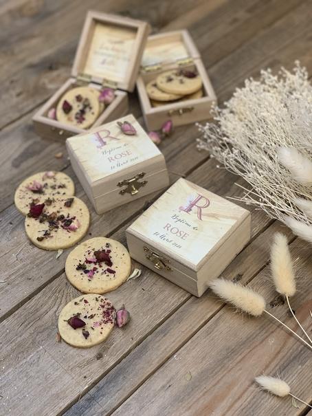 box en bois personnalisée avec sablés pour cadeau d'invité