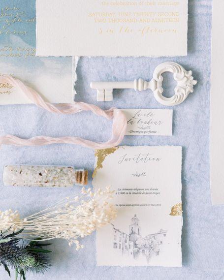 papeterie et cadeau d'invité pour mariage ou baptême avec une invitation, un tube de sel parfumé, une étiquette personnalisée et une clé du bonheur