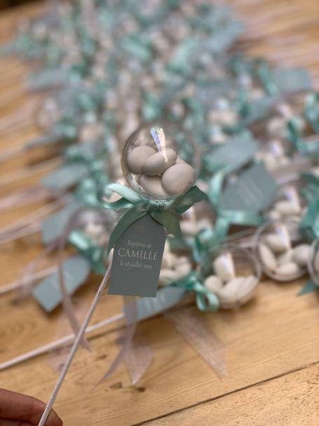plusieurs sucettes à dragées avec ruban vert pour cadeau d'invite baptême