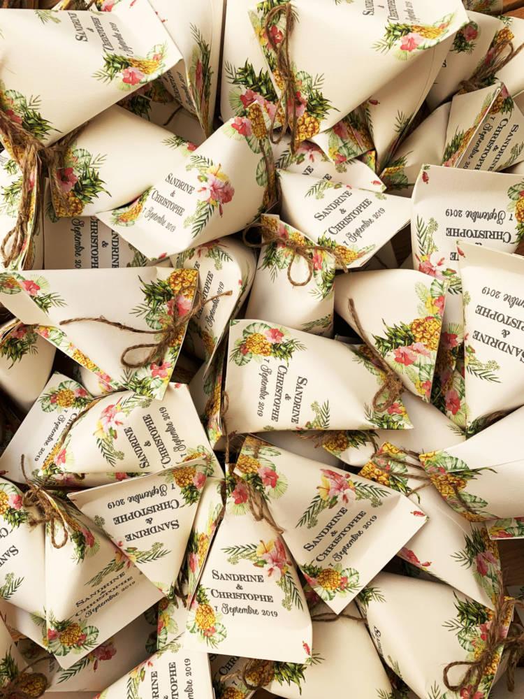 plusieurs berlingots à dragées pour cadeau d'invité personnalisés