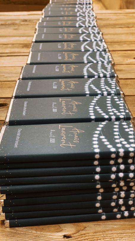 détail plusieurs piles de Tablettes de chocolat noir pour cadeau d'invité