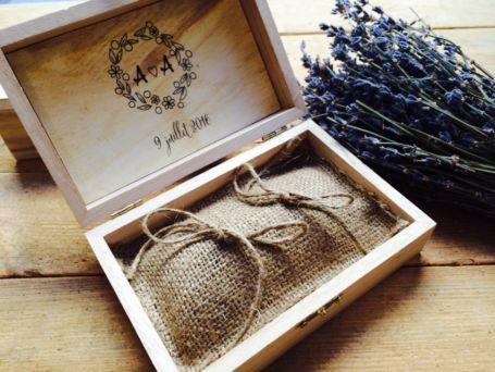 boîte à alliances en bois ouverte personnalisée avec son coussin en jute pour mariage