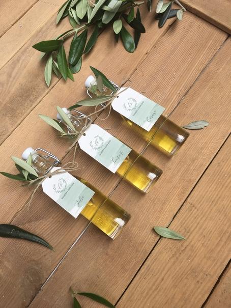 trois mini bouteille d'huile d'olivier avec étiquettes personnalisées