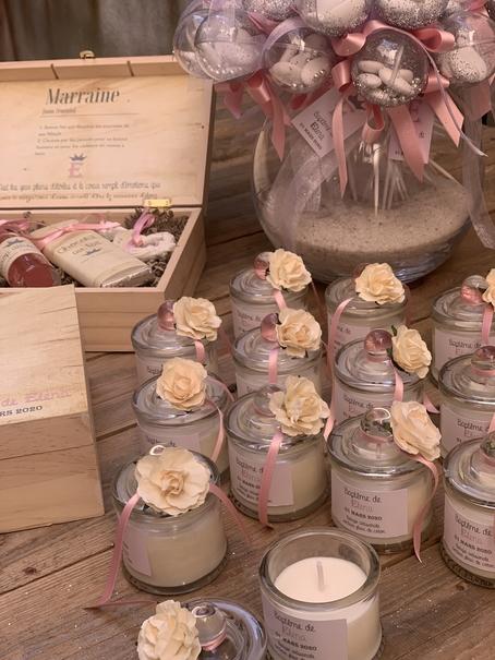 bougies parfumées avec étiquette personnalisée collée sur le pot