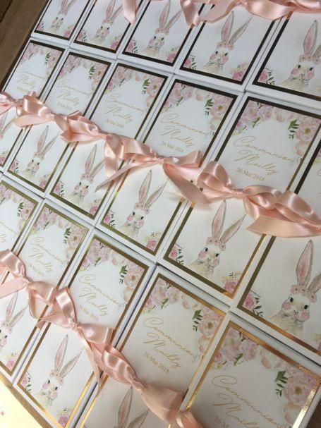plusieurs tablettes de chocolat cadeau invité mariage avec ruban couleur pêche