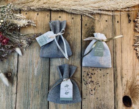 détail sur trois pochons à dragées aux thèmes personnalises pour cadeau invité