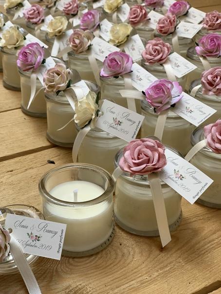 plusieurs bougies parfumées à la cire cadeau d'invité déco mariage