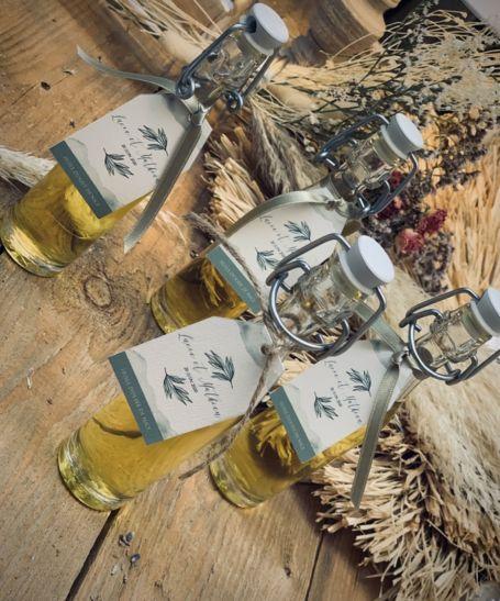quatre mini bouteille d'huile d'olivier avec étiquettes personnalisées
