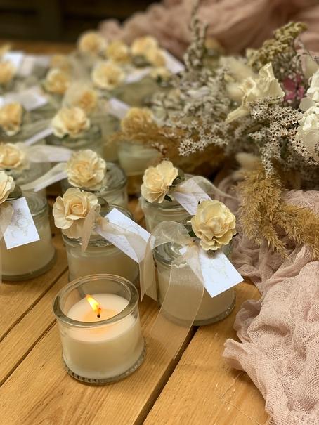 plusieurs bougies parfumées à la cire déco mariage