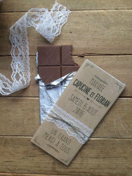 deux tablettes de chocolat en cadeau gourmand pour invités avec emballage en dentelle