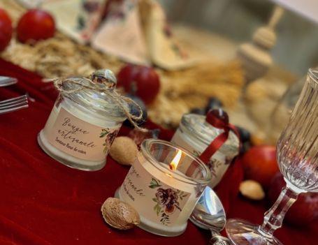 une bougie artisanale allumée pour décoration de mariage ou baptême senteur fleur de coton