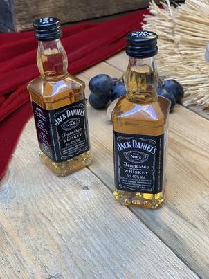 deux mini bouteilles de whiskey jack da daniel's