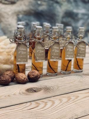 plusieurs mini bouteilles de sirops d'alcool pour cadeau d'invité de mariage
