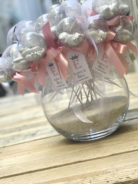 plusieurs sucettes à dragées avec paillettes argentés et ruban composant un bouquet pour cadeau d'invite