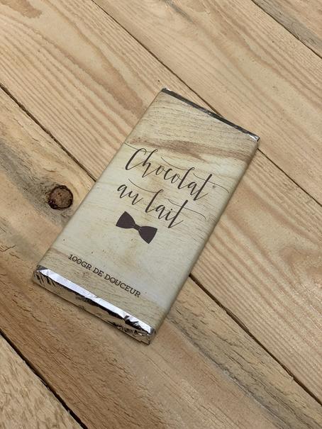 une tablette de chocolat au lait 100 grammes avec emballage personnalisée