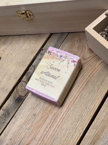 un savon artisanal rectangulaire à l'huile vegetal et parfum rose pour cadeau d'invité personnalisé