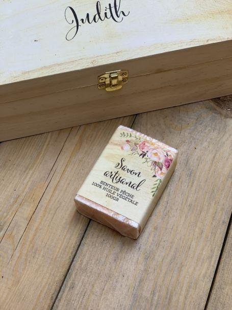 un savon artisanal rectangulaire à l'huile vegetal et parfum pêche pour cadeau d'invité personnalisé