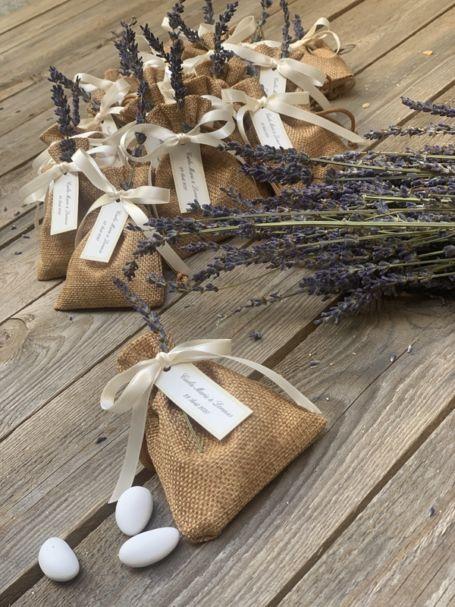 pochons de lavande personnalisés avec un bouquet de lavande frais