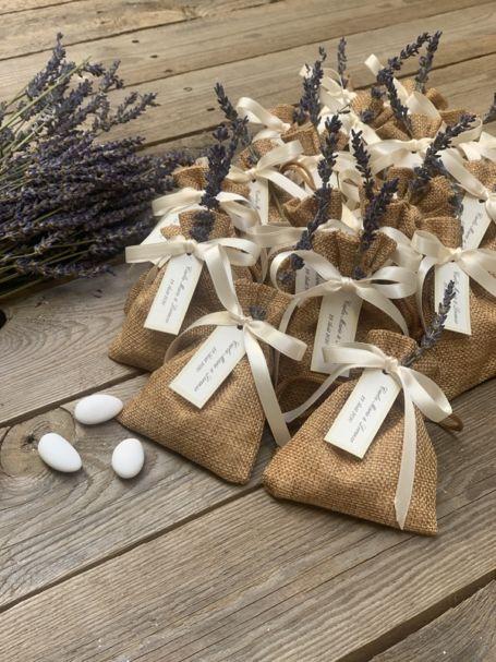 pochons de lavande personnalisés en toile de jute avec un bouquet de lavande frais