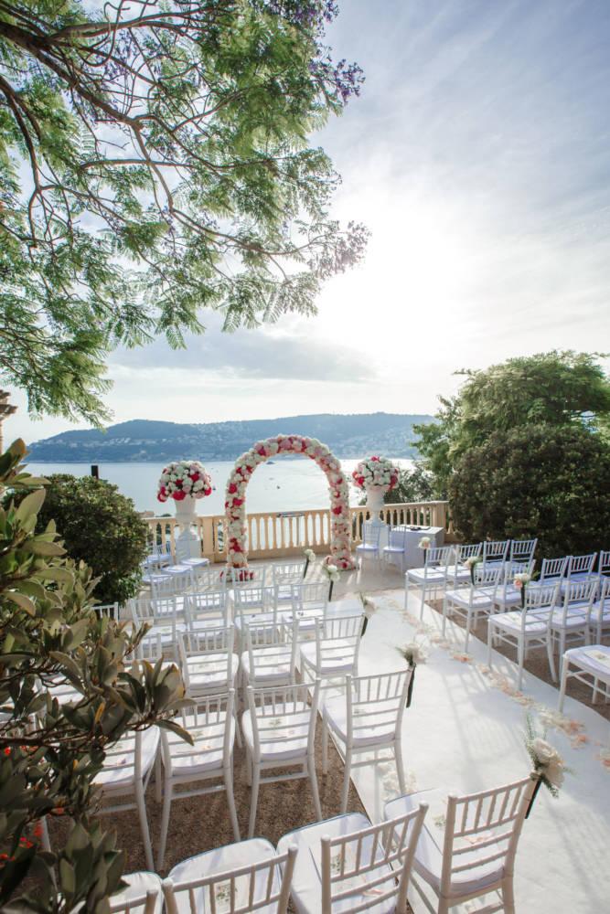 livrets de messes sur chaises pour célébration de mariage