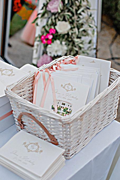 livrets de messes dans panier pour décoration de mariage