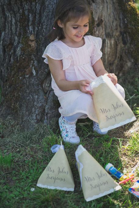 une fille découvre les surprises dans son sachet à surprises