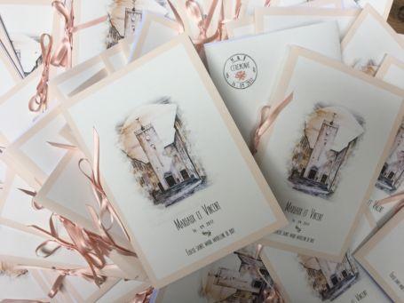 un tas de livrets de messes de mariage avec ruban