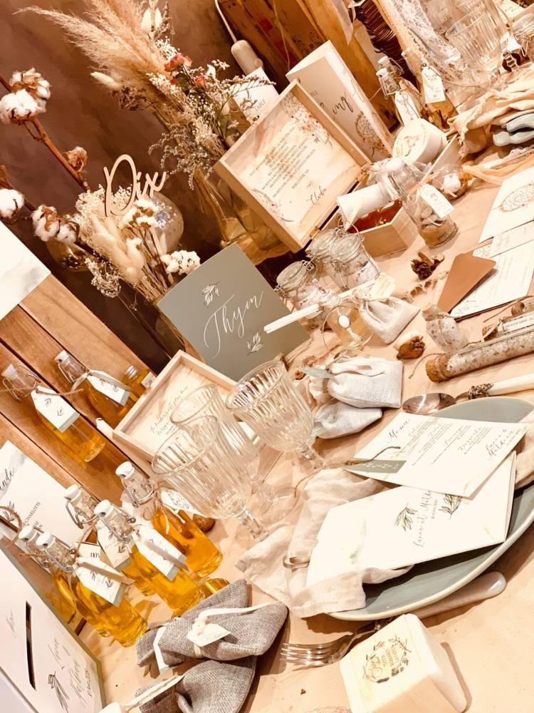 notre boutique table avec papeterie et décoration de mariage ou baptême