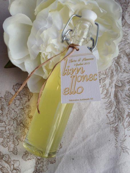 une mini bouteille de limoncello pour cadeau d'invité de mariage