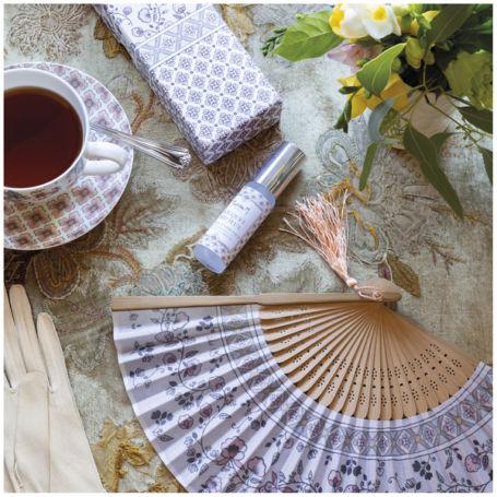 détail décoration table avec un kit d'éventail fleuri et parfum