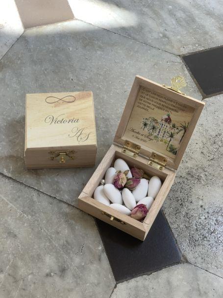 deux petites boîtes à dragée avec fermeture métalique pour cadeau d'invité