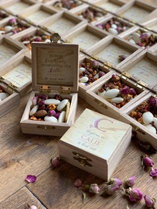 plusieurs petites boîtes à dragée avec fermeture métallique pour cadeau d'invité