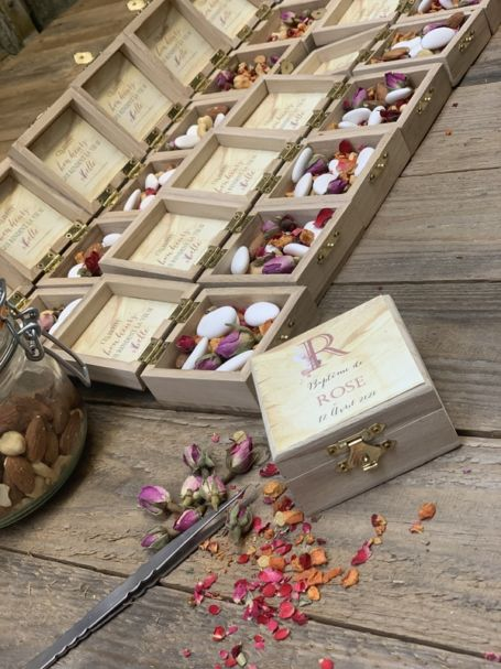 détail petites boites à dragées personnalisées theme rose