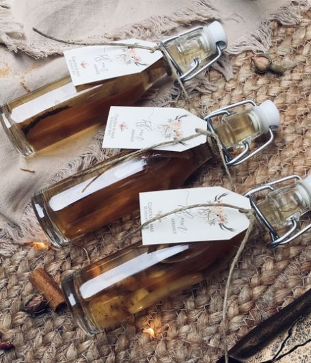 trois fioles de rhum arrangé avec étiquette personnalisée et ficelle de jute
