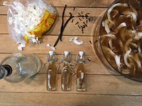 trois mini bouteilles de rhum arrangé avec vanille pour cadeau d'invité de mariage