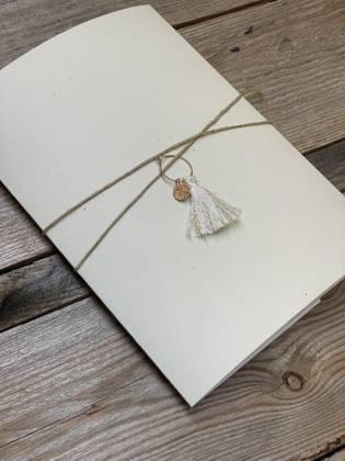 papeterie personnalisé pour mariage, baptême, anniversaires, communion avec un pendentif couleur or et pompom