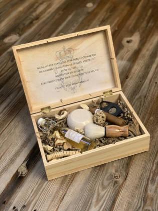 boîte en bois pour cadeau témoin avec fermeture contenant plusieurs cadeaux pour homme : cigare, blaireau, fiole d'alcool, ouvre bouteille et savon