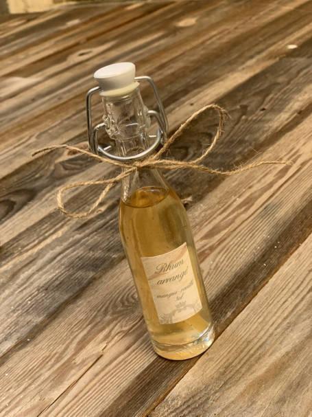mini bouteille d'alcool rhum arrangé avec ficelle en jute pour box cadeau témoin
