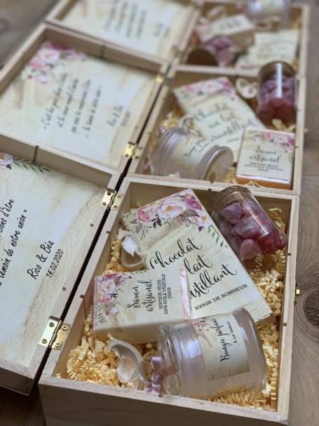 coffrets à cadeaux à offrir contenant une tablette de chocolat, une bougie parfumée, un savon artisanal et une verrine à dragées
