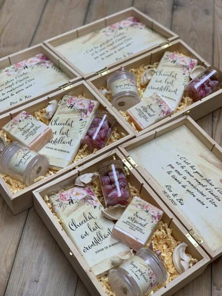 trois coffrets à cadeaux à offrir contenant une tablette de chocolat, une bougie parfumée, un savon artisanal et une verrine à dragées