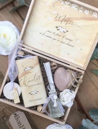 coffret à cadeaux à offrir fête des mères thème mathilde contenant une tablette de chocolat, un diffuseur de parfum, un savon coeur