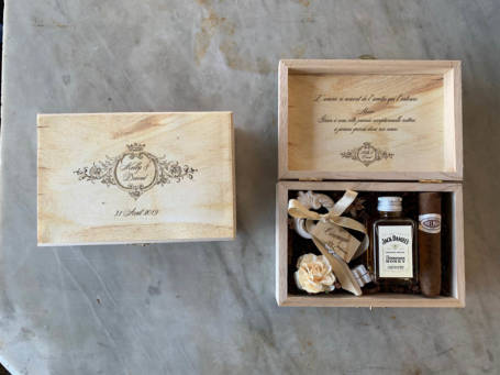 deux coffrets cadeaux personnalisés contenant une clé du bonheur, une mini bouteille de whiskey et cigare