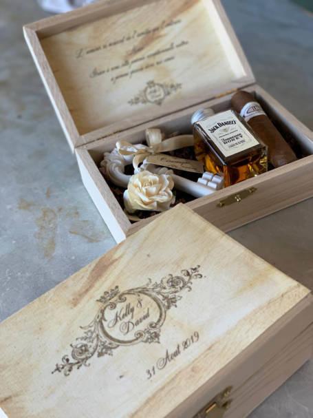 détail deux coffrets cadeaux personnalisés contenant une clé du bonheur, une mini bouteille de whiskey et cigare