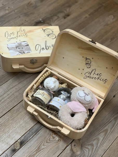 deux coffrets en bois pour cadeaux de naissance