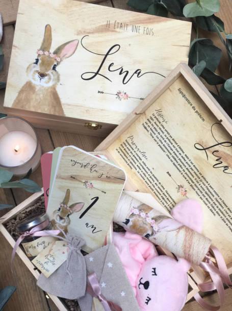 coffre naissance thème lapin lapin avec fermeture métallique contenant plusieurs cadeaux