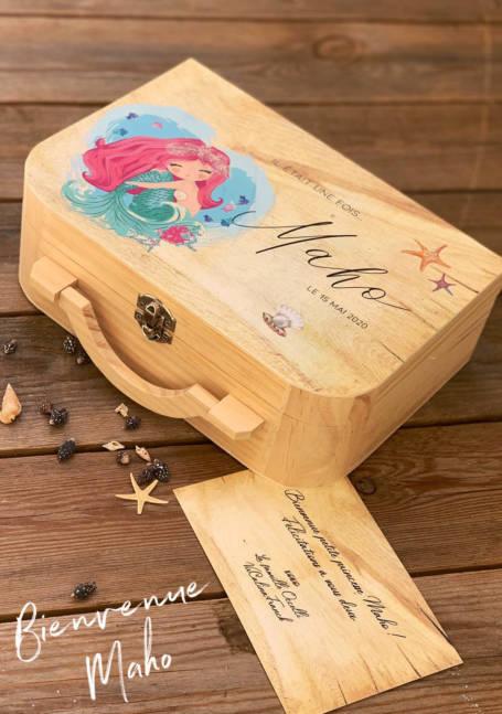 détail couvercle valise à cadeaux de naissance la petite-sirene