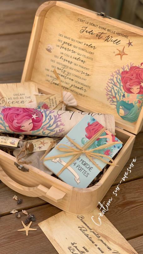 détail valise à cadeaux de naissance la petite sirene personnalisé