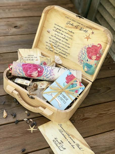 valise à cadeaux de naissance la petite-sirene avec cartes carte etapes couvercle fanion interieur