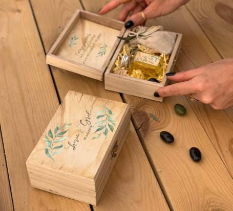 détail coffrets cadeaux personnalisés contenant une bouteille d'huile d'olive et un sachet à dragées aux amendes